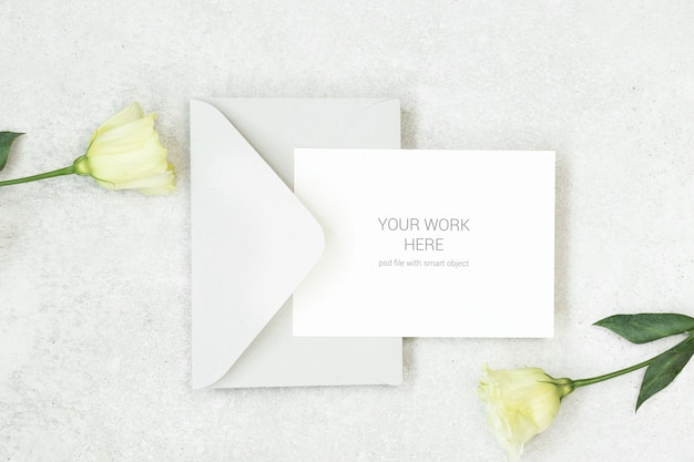 Mockup uitnodigingskaart met grijze envelop