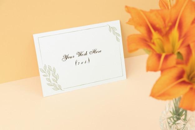 Mockup uitnodigingskaart met oranje bloemen