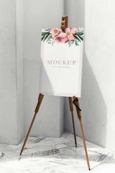 Mockup van canvas met bloemenschilderij op een standaard
