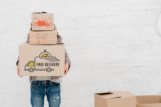 Mockup van de mens met kartonnen dozen