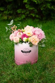 Mockup van doos met bloemen