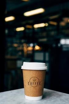 Mockup van een kopje koffie met afhaalmaaltijden