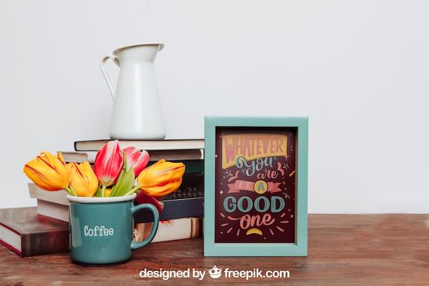 Mockup van frame naast bloemen in mok