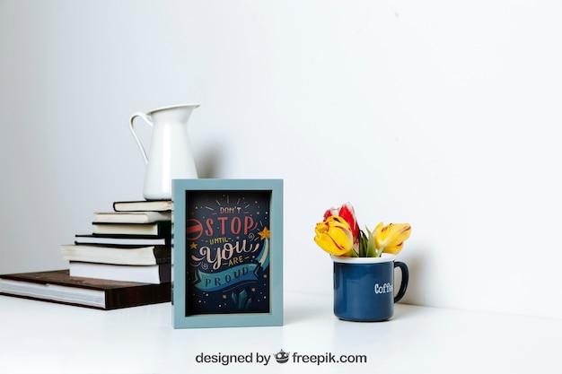 Mockup van frame naast stapel boeken