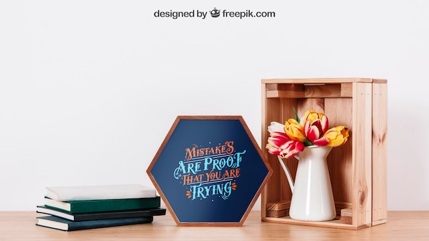 Mockup van frame op bureau met boeken en plant