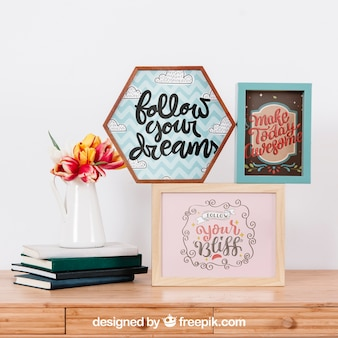 Mockup van frames op muur en bureau