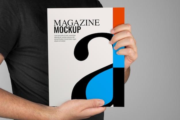 Mockup van model met een tijdschrift