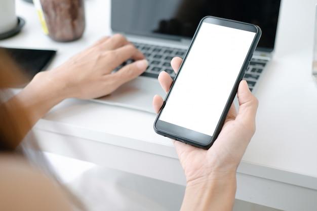 Mockup van mooie vrouw online winkelen met smartphone op online websites