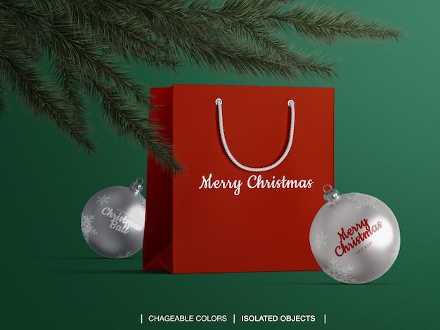 Mockup van papieren boodschappentas en kerstballen onder de kerstboom