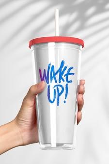 Mockup van plastic tumbler-product met wake up-citaat