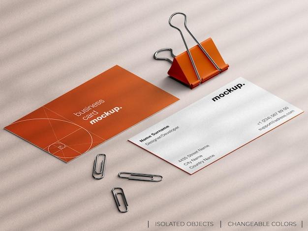 Mockup van professioneel briefpapiervisitekaartje met blindering van papier