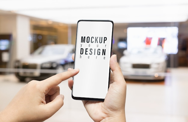 Mockup van smartphone in luxe auto showroom