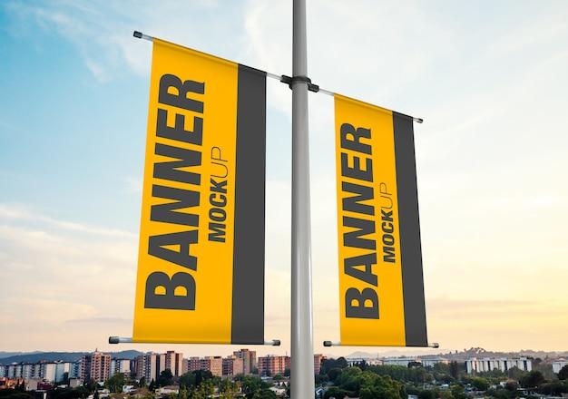 Mockup van twee reclamevlaggen die op een lantaarnpaal hangen