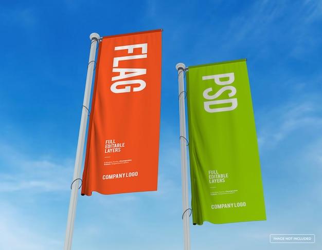 Mockup van twee verticale vlaggen ontwerp vanuit perespective view