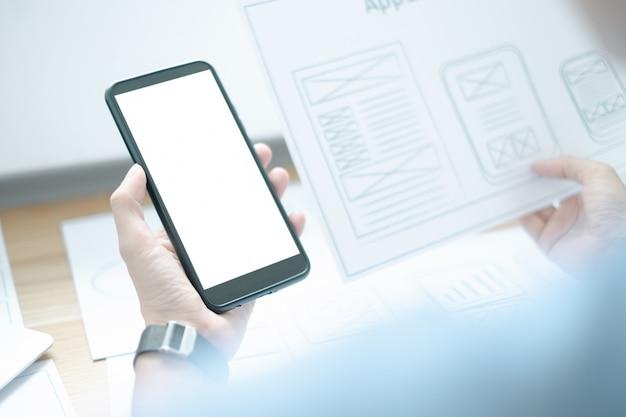 Mockup van ux grafisch ontwerper creatieve smartphone applicatie proces ontwikkeling interface voor web mobiele telefoon