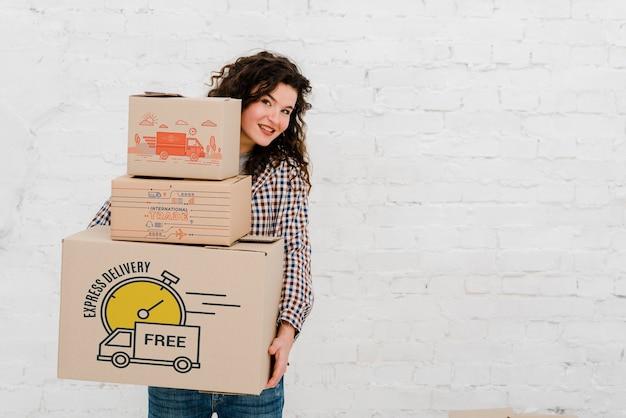 Mockup van vrouw met kartonnen dozen