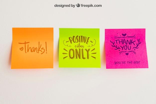 Mockup van zelfklevende bankbiljetten in drie kleuren