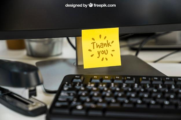 Mockup van zelfklevende notitie op de computer