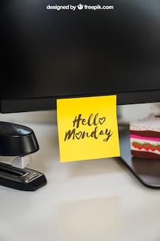 Mockup van zelfklevende notitie op monitor