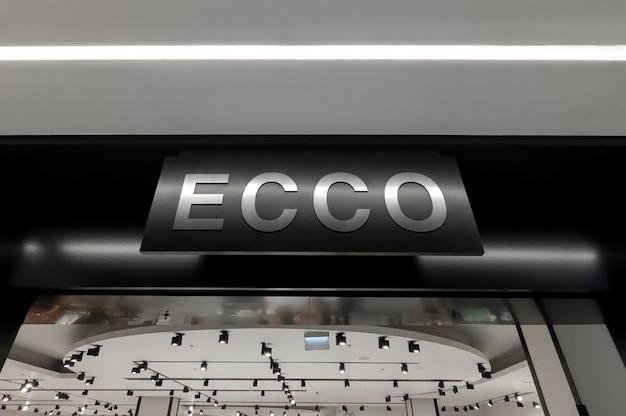 Mockup van zilver 3d glanzende logo teken in perspectief boven de ingang van de winkel