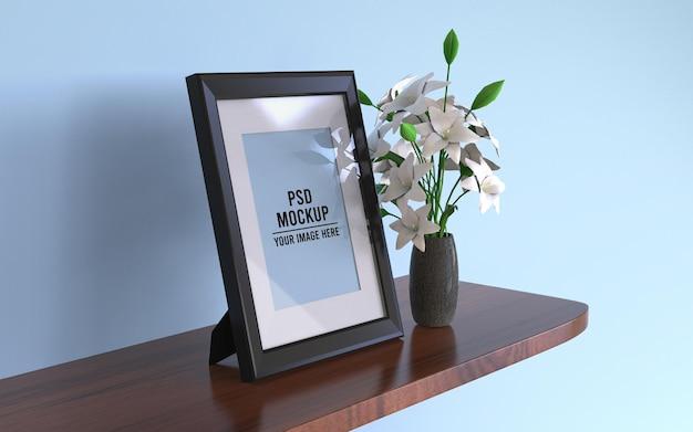 Mockup van zwarte fotolijsten op een hangende houten plank