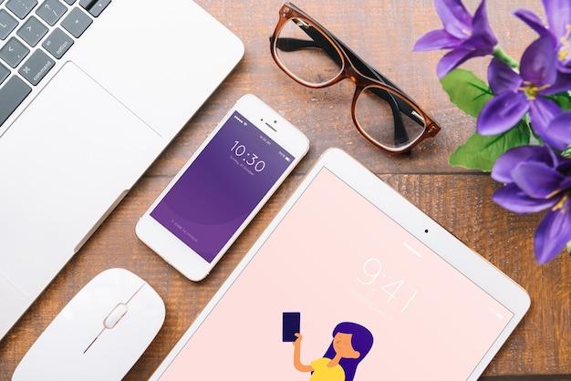 Mockup de varios dispositivos con concepto de creatividad o espacio de trabajo
