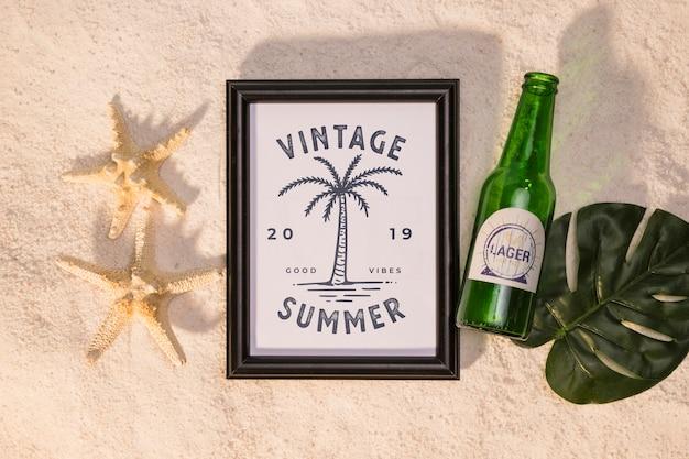 Mockup de verano con una estrella de mar y una cerveza