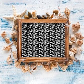 Mockup de verano con pizarra y diferentes conchas