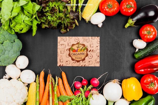 Mockup de verduras con cartón en medio