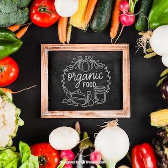 Mockup de verduras con pizarra en medio