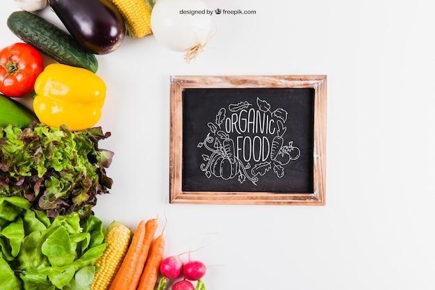 Mockup de verduras y pizarra
