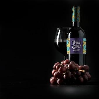 Mockup de vino con copyspace y uvas