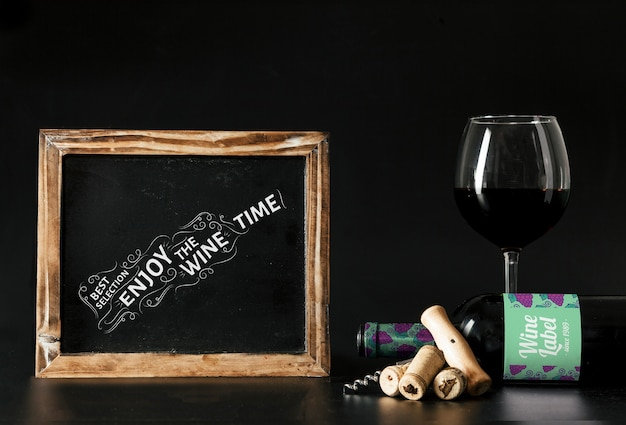 Mockup de vino con pizarra y copa