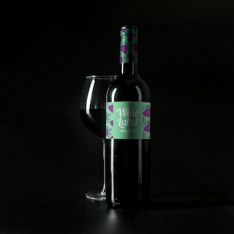 Mockup de vino con vaso y botella