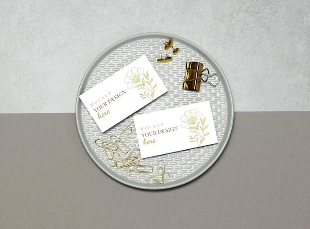 Mockup visitekaartje met gouden pinnen en clips