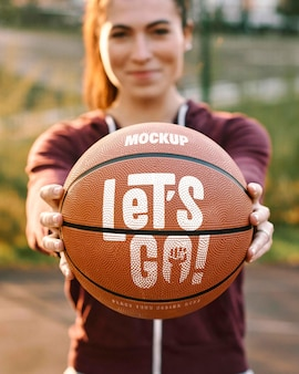 Mockup voor basketbalspelontwerp met bal