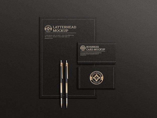 Mockup voor briefpapier in zwarte kleur met reliëf- en reliëfeffect