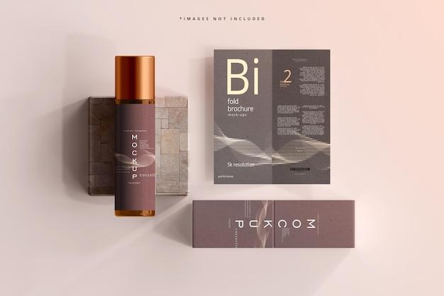 Mockup voor cosmetische flessen van amberkleurig glas met tweevoudige brochure