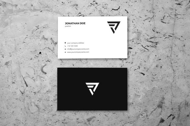 Mockup voor grijs marmer-oppervlak verticaal visitekaartje