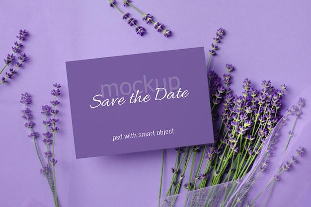 Mockup voor huwelijksuitnodiging met verse lavendelbloemen