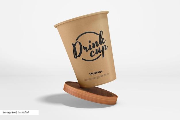 Mockup voor papieren drinkbeker met houten pad