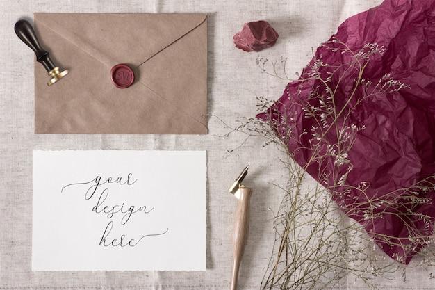 Mockup voor vintage bruiloft collectie. envelop, lakzegel en een papieren kaart met gescheurde randen