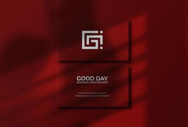 Mockup voor visitekaartjes in rode kleur met overlay voor vensterschaduw