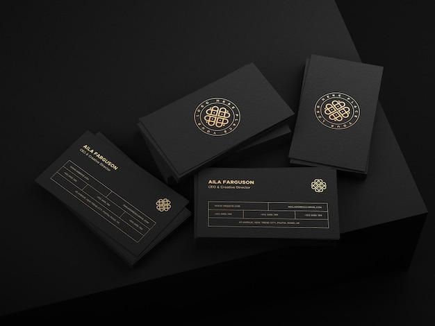 Mockup voor visitekaartjes met goudfolie-logo op een donkere omgeving