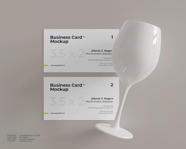 Mockup voor visitekaartjes met keramiek van wijnglas