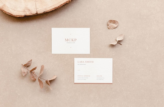 Mockup voor witte zakelijke visitekaartjes voor weergave van branding en natuurlijke elementen in platte lay-stijl