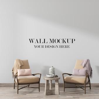 Mockup voor woonkamermuur in interieur versierd met houten fauteuils
