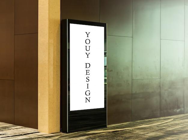 Mockupafbeelding van lege reclamebordaffiches en geleid in het luchthaventerminalstation