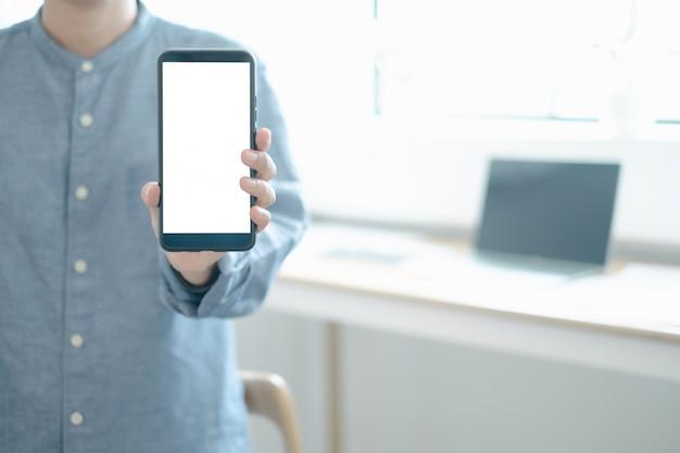 Mockupbeeld van ingenieurs die het ontwerp van de smartphoneontwerpbouw in bureau tonen