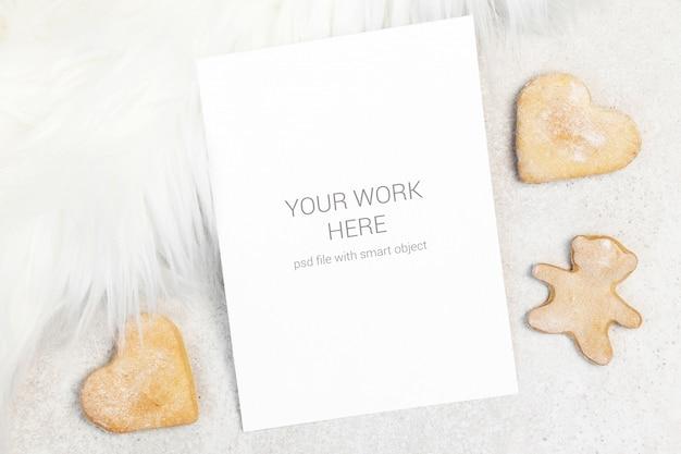 Mockupkaart met witte vacht en koekjes